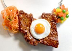 ミニ目玉焼きステーキの ネックレス 6500円